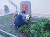 Dirk Jostes legt die Blumen nieder