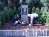 Arno Jesse ehrt August Bebel mit einer Blumenschale